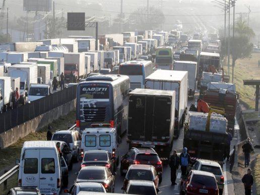 Camioneros brasileños en huelga que jaquea Brasil