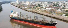 Puerto de Concepción del Uruguay. Buques, tren y barcazas